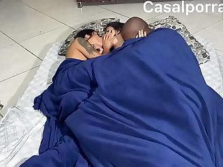 Mozao matando a saudade da namorada e coloca ela pra sentar no pau attain maridão. Com o cuzinho  casal trisal