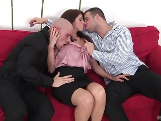 Amateur hottie enjoys acquiring all be beneficial to her holes fucked by 2 guys